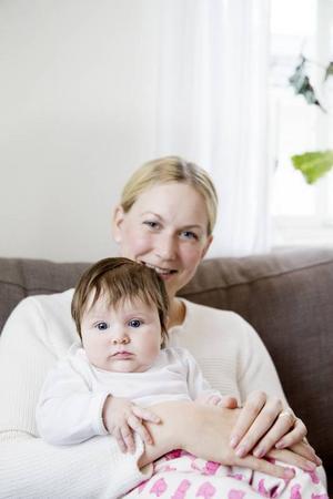 Moa Ekholm vilar i mamma Helenas famn.– Hon vet vad hon vill och hon ger sig inte i första taget, säger Helena.