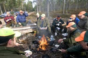 Den sociala biten med jakten är oerhört viktig enligt jägarna i Kyrkgrändens jaktlag.