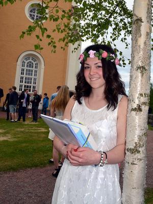 Alma Andersson är en av stipendiaterna som fick 6000 kr för att hon pratar älvdalska. Pengarna kan vara bra att ha på sommarlovet och sitt modersmål älvdalskan är hon mycket stolt över.