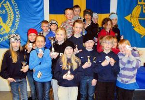 Elisabeth Eriksson lyckades bäst när Kyrkås skytteklubb avslutade säsongen med att skicka 19 ungdomar till Umekulan. Eriksson vann L 13 på nya personrekordet 426.4. Näst bäst i Kyrkås var Elin Markusson, tvåa i L9. Nära 130 deltagare gjorde Umekulan till en av de större tävlingarna i vår i Norrland på luftgevär. Här ser vi alla delltagare från Kyrkås. Foto: Olof Sjödin