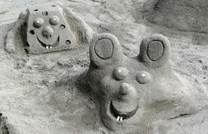 Inget sandslott men väl ett par sandfigurer.