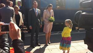 Kronprinsessan Victoria och prins Daniel hälsades välkomna tiill Ockelbo på perrongen.