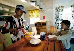 Sommarkollo i Fagerdal. Muhammed Abdul Salam serverar mat till en av dom deltagande barnen på kollot.