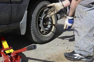 Expertens tips är att köra med sommardäck när det är sommarväglag och att kolla lufttrycket och mönsterdjupet.