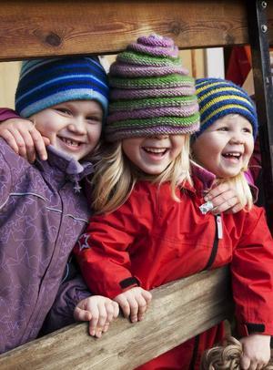 Glädje på Trollkulan i Änge. Barnen Ines Åhlund, Thea Jonsson och Ellen Jonsson busar.