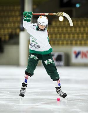 Mathilda Eklund laddar för skott.