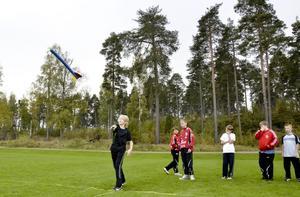 """Nytt för årets friidrottstävling var """"spjut"""". Laxå kommuns upplaga är lite barnvänligare än originalet. Här är det spjut i skumplast som gäller."""