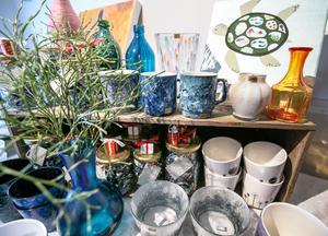 Lovisa är en kreativ person som målar tavlor och glas.