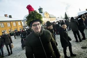 Ralf Lind sticker ut och upp i folkmängden  vid julmarknaden.