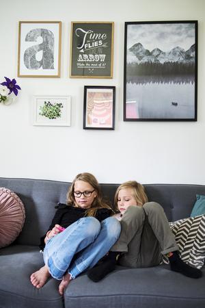Soffan i vardagsrummet är perfekt för spel och häng.