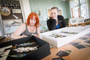 Allkonstnären Lena Erixon visade upp sina färgglada glasberlocker och armband tillsammans med dottern Jannike Heijdenberg.