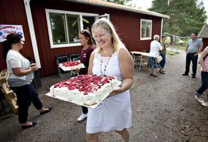 Dags för tårta. Personal, barn och föräldrar invigde Högbo förskola på måndagen. Förskolläraren Marie Lundén bjöd på tårta, saft och kakor. Hon har varit drivande i projektet med att starta Högbo förskola och har jobbat med det under flera år.