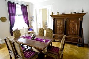 Matsalsmöbeln skulle bort från Skogaholms herrgård, och Claes Mård passade på. Det är ju inte alla som har möbler som tjänstgjort på en ambassad. Dukar, kuddar och gardiner är köpta i Tunisien.