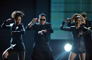 Sydkoreanske Psy framför