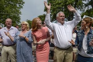 Centern kan vara glada. Partiet, och framför allt Anders W Jonsson, har drivit frågan om begränsade politikerpensioner, med framgång.