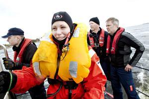 Skademarkör. Sara Johansson är en så kallad skademarkör. Hon simulerar olika tänkbara skadesituationer så att räddningsmännen kan träna så verklighetstroget som möjligt. På fredagen fick hon sätta på sig groddräkt med värmeöverdrag och hoppa i plurret så att RS Gävle kunde fiska upp henne.