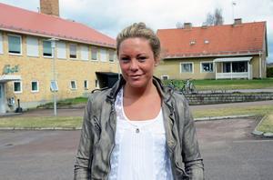 Emma Igelström tillbaka på sin pappas gata vid Skinnarbadet i Malung och vaktmästarbostaden där farmor och farfar bodde och pappa Björn växte upp.
