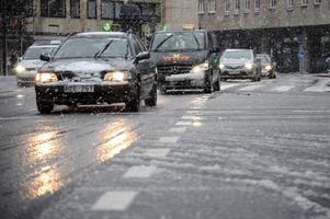 Se upp i trafiken. Det kan bli riktigt besvärligt när snöfallet övergår i regn i söder. Arkivbild.