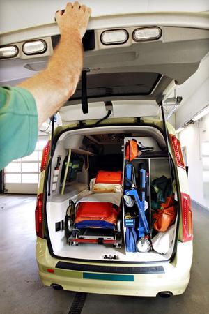 Ont om plats. När en patient har hjärtstopp måste man vara två till tre personer som jobbar i ambulansen, berättar en person som jobbar inom ambulanssjukvården. Detta är en av de mindre ambulanserna i Gävle, en Volvo.