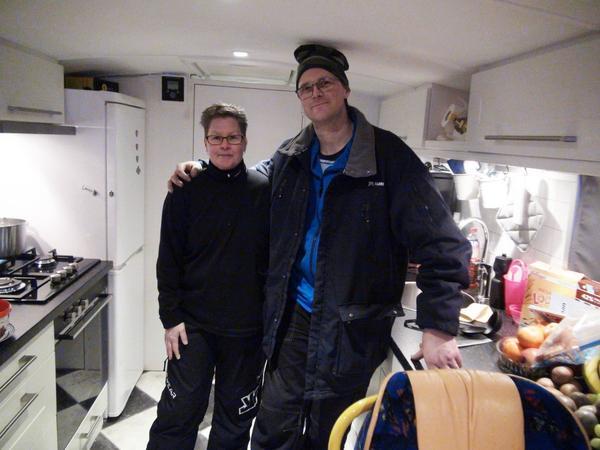 Per Salomonsson med hustrun Ulrica i sin minsta sagt kompletta husbil.