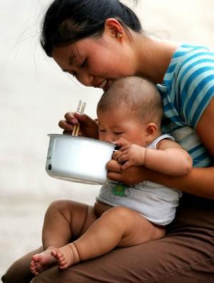 Snedfördelning. Den här flickan är i kraftig minoritet i Kina. För varje 100-tal flickor som föds har det fötts 117 pojkbebisar - en följd av ettbarnspolitiken och ett samhälle som värderar söner mycket högre än döttrar.