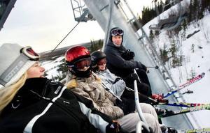"""Johan, Elin, Ebba och Camilla Kumlin tycker om den nya liften och det innebär att de oftast åker hela vägen ner i slalombacken för att få ta den nya liften upp igen.  """"Det går bra när det är en så pass bra lift"""", säger Camilla Kumlin.  Foto: Håkan Luthman"""