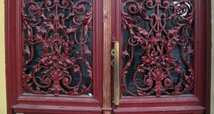 Vackert utsmyckade portar till hyreshus som överlevt andra världskriget.