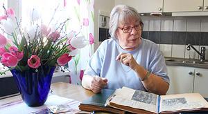 Vera Pettersson har liksom sin mor Alma sparat ur tidningarna i urklippsalbum.