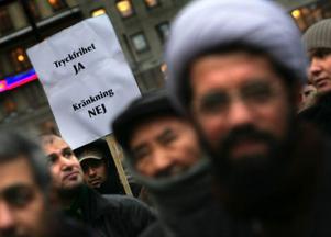 Rätten att protestera är självklar. Men gör skillnad på dem som protesterar och den som hotar och angriper. På den infällda bilden karikatyrtecknaren Kurt Westergaard från danska Århus som i helgen utsattes för ett mordförsök.    Foto: Scanpix
