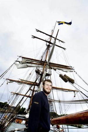 MER VIND. Överstyrman August Jansson hade hoppats på lite mera vind dag ett. Men är nöjd ändå och ser framemot att segla till Öregrund.