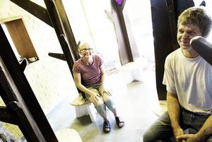 Jackhängare. Lena Lindberg Jansson och Ove Raskopp visar entrén, där det finns träd som man kan hänga jackor på. Foto:Stina Rapp