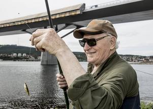 Sten Högberg är glad för ett napp, men inte för en spigg. Den äter upp abborr- och gäddynglen i havet.