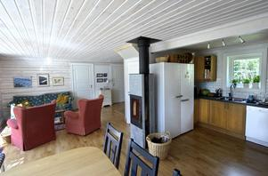 Nedervåningen har en öppen planlösning med köksdel, matrum och vardagsrum i ett.