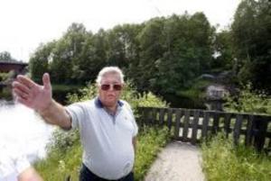 Stopp tills ansvarsfrågan har blivit löst. Sven-Erik Jonsson går inte med på att Hyttbron ska sättas upp igen förrän ägarfrågan och ansvarsfrågan blivit lösta.