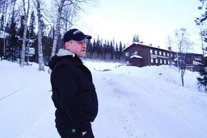 """Joakim Reineke framför Bydalens Wärdshus, som uppfördes på 1930-talet. """"Här får vi inte ändra mycket, det tillåter inte länsstyrelsen"""", säger han.    Foto: Elisabet Rydell-Janson"""