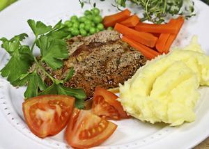 Den amerikanska köttfärslimpan skiljer sig från vår svenska genom inblandning av blekselleri och persilja. Potatismos är det mest uppskattade tillbehöret.