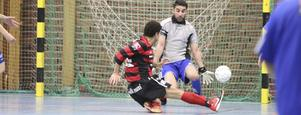 Köping FF:s Yasser Moradian smäller in 4-0 bakom en chanslös Ala Bahram.