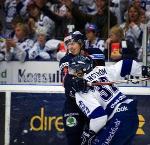 Elias Granath omfamnar sin gamle lagkamrat Jens Bergenström.