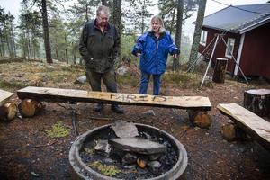 På grillplatsen har namnet Farid klottrats dit. Det är andra gången på kort tid Rose-Marie Herrmann och Tomas Skogstjärn får Kolsvedjan vandaliserat.