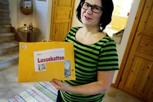TILL SMULAN. Smulan har redan fått beundrarbrev från en läsare som röstat på henne, visar matte Lena Nordström. I kuvertet låg flera buketter med torkad kattmynta till familjens ögonsten.