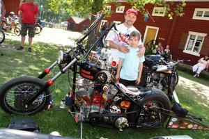 Värsta hojen. Peter Forsberg vann mc-klassen med en Harley Davidson 1200 cc, något ombyggd, som han själv uttrycker det. Sonen Felix är trogen supporter.