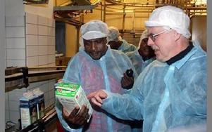 Bertil Wennberg, konsumentansvarig på Milko, visar upp mellanmjölk för hövdingen Marias ole Pello.FOTO: PÄR SÖNNERT