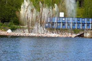 Fyrverkeri. Grus och damm flög flera meter upp i luften när fångdammen vid kraftverksbygget i Avesta sprängdes.