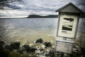 Just den här dagen blåste det rejält och sjön Lossen var på ett stingsligt humör. En informationsskylt är vad som finns kvar där byn en gång låg.