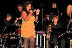 Kristin Amparo sjöng i Carlforsskas aula.