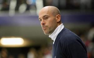 IRRITERAD. Leksandstränaren Christer Olsson hade synpunkter på domarisatsen i matchen mot Oskarshamn.FOTO: JÖRGEN HJERPE