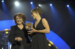Elisabet Höglund delar ut priset till årets kvinnliga idrottare till cyklisten Emma Johansson, på idrottsgalan 2009 i Globen Arena i Stockholm på måndagskvällen.