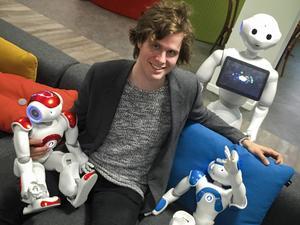 Pontus Loviken skämtar inte när han säger att han är omgiven av robotar varje dag. Här syns några exempel på de modeller han jobbar med i Paris.