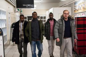 2-3 medlemmar från de olika föreningarna håller till vid Hemköp Tjärna Ängar varje kväll och går runt utanför och inne i butiken.