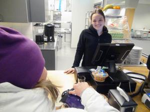 I caféet regerar Felicia Olofsson. – På en skala 1-10 ligger försäljningen nu på en